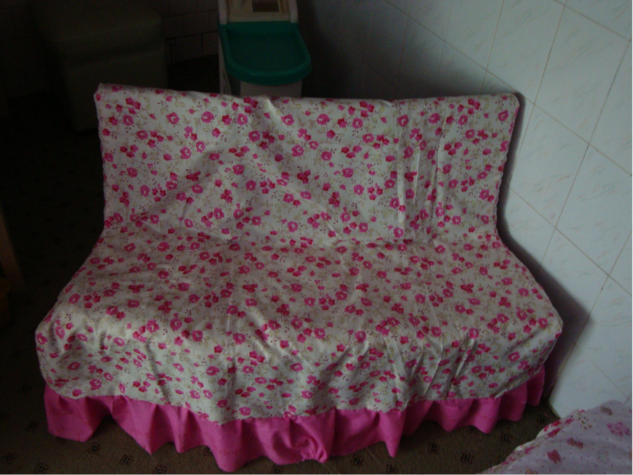 适用游戏:娃娃家游戏     适用年龄段:小、中、大班     制作材料:   木头小椅子、棉花、布料一段、剪刀、针线、双面胶、绳子或铅丝   制作要点:   把几张小椅子拼在一起,并在凳脚处用绳子或铅丝绑牢固,拼成沙发样子。再在凳面上贴上双面胶,把棉花平整的贴于凳面。最后用布料裁剪成沙发罩子套在沙发上,并用针线进行缝补。一张三人沙发就做好了。   设计思路:   班内因为环境的影响,沙发摆放不了,因此,在楼梯转角处设置了这个三人沙发。因为在生活中,每个家庭的客厅都会有色彩鲜艳、不同色彩的沙发。这个用布缝