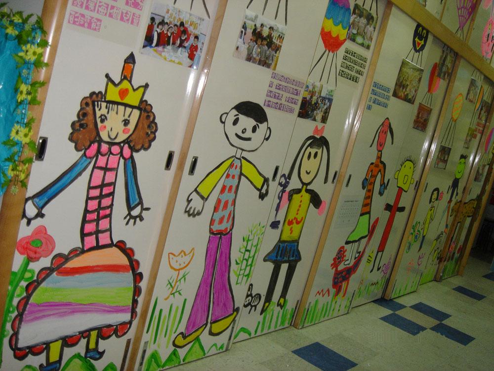 图库 > 幼儿园走廊环境布置:童趣墙面   孩子们自已的画 亲,学前网为图片