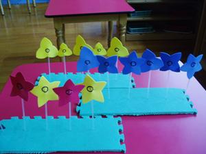 数学区角图片简笔画-小班数学区活动设计 花儿朵朵开 感知5以内的数量