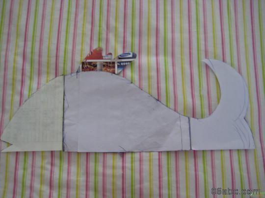 640){this.height=this.height*640/this.width;this.width=640;} border=0> 纸样,我就直接用的A4纸,利用它的直边,只要是画的协调就可以,尾巴也可以是别的形状,随你喜欢就好。鱼头鱼尾鱼鳍用同一个花色的布,鱼身子用另一个花色的布,这样才会好看,各剪四片。需要注意的是要分清左右,