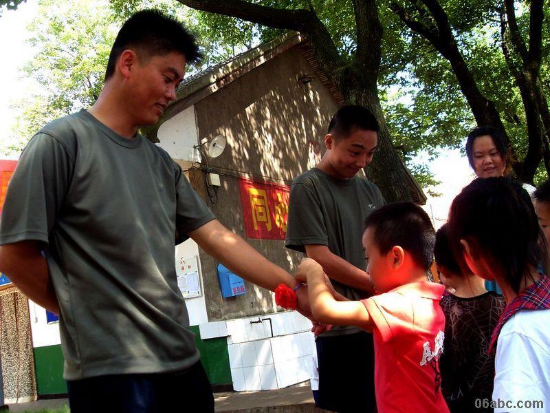 7月28日上午,幼儿园小朋友在老师们的带领下,早早地来到了老虎山部队门口,首先认识了军营的外部特征,然后排着整齐的队伍前往战士们的宿舍,观看物品的摆放,体验整洁有序的作风,学习一丝不苟的精神。并观看了战士们的训练,体验其勇敢顽强的精神。活动结束后,幼儿们纷纷戴上海军帽,当了一回小小海军。幼儿们还为敬爱的解放军叔叔系上大红花,以表达对军人的崇敬之情。