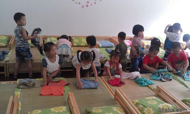 6月19日下午,行知幼儿园小班年段开展了一次生活自理能力达标活动,达标内容包括折衣裤和穿脱鞋子。 小一班的孩子各个都是折衣裤小能手,瞧,他们很有条理地把两个袖子折叠到前襟处铺平,动作麻利,神情专注。别看我们小班孩子年纪小,可孩子们平时都在练习折衣裤哦。经过一学期的练习,孩子们都学会了折衣裤的本领,孩子们扑闪着明亮的眼睛兴奋地告诉老师:老师,我折好了!老师,快看我折的!相信孩子们在活动中不仅展示了自己的本领,更多的是体验到了成功的快乐。 我们行幼非常重视孩子的生活教育,努力践行陶行知生活即教育的理