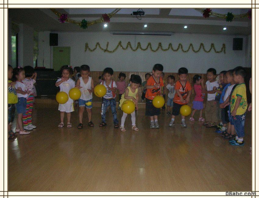 荣安琴湾幼儿园:拍球比赛