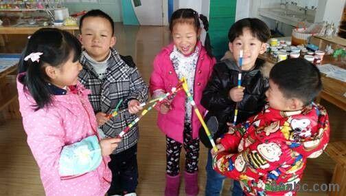 东方湾邸幼儿园:彩色树枝画