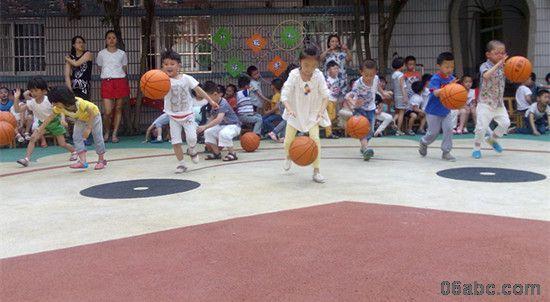 拍球和跳绳是实验幼儿园幼儿常规运动项目,开学以来,各班级对本班幼儿进行了拍球跳绳技能的练习,教师们从示范姿势、动作、频率等基本动作着手,耐心细致地手把手指导,一对一帮教,让孩子们掌握正确的动作要领,获得手、脚、眼的协调与配合,再通过班级竞赛、家园配合等形式,使孩子们在快乐的运动中增强了学习的兴趣。经过坚持不懈的刻苦训练,孩子们现在已经基本掌握了拍球跳绳的熟练技巧。在比赛中,每个孩子都表现出了自己的最好水平,充分显示出了自己的实力。场上的小朋友奋力拼搏,场下的小朋友为他们加油呐喊,好一片热火朝天的景象。