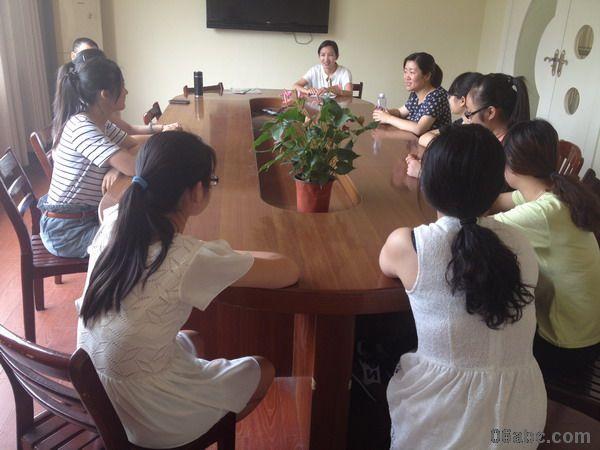 6月12日上午,诸暨市教师进修学校书记、应春霞老师来我园慰问实习教师。他们先向幼儿园领导了解实习老师们的工作、学习、生活情况,对我园为实习老师提供的优质服务与良好的环境表示感谢。随后在与8位实习老师的亲切交谈中了解到,在这一学期的实习时间里,实习老师已经融入了大唐镇中心幼儿园的工作氛围,与老师、幼儿建立了深厚的感情。领导和老师的到来,也极大的鼓舞了实习老师的学习热情。