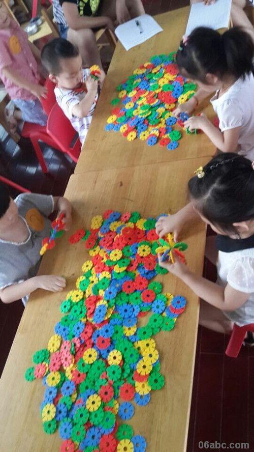 学期快结束了为了让小班幼儿感受雪花片有趣多变的造型特点,促进他们想象力、创造力的提升,养成做事耐心细致的好习惯,6月20日下午,行知幼儿园组织小班段幼儿进行了插雪花片比赛。每个班选出三名种子选手和随机抽选两名孩子参赛。孩子们一个个都认真专注,很快拿出了各自的作品:滑板车、花篮、宝塔、孔雀等八样作品。其中有三个小朋友在20分钟里插完八样获得了好成绩。