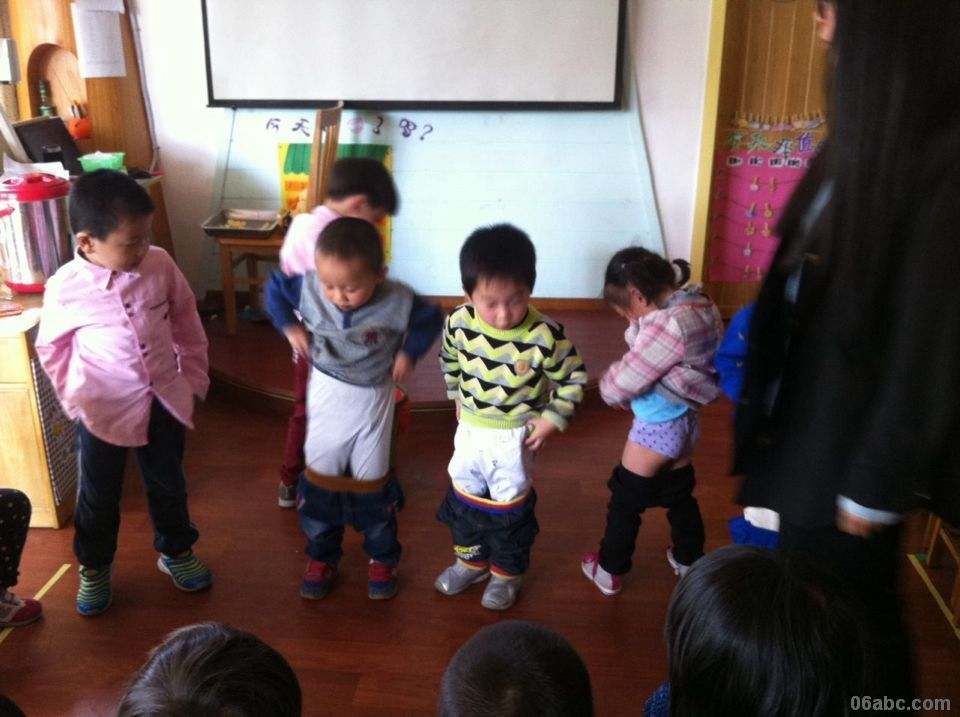 我会自己来……——记中河街道中心幼儿园小二班系裤子比赛