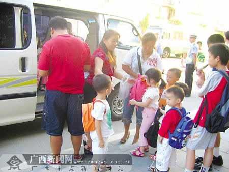 广西桂林幼儿园校车长期超载 孩子车厢内大喊