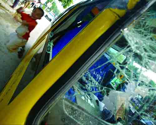 货车超长钢筋扎进幼儿园校车 玻璃破裂伤到儿童