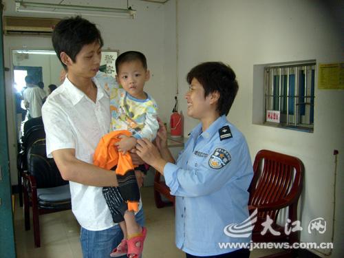 粗心父亲将孩子送错幼儿园,众人帮助下找回儿子