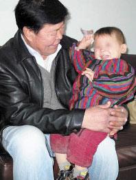 两岁女童常驻幼儿园一年多 手续不全无法被收养
