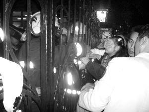 幼儿园铁栅栏扎穿女孩右手 急救中心接力大救援