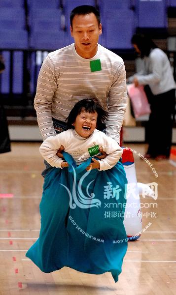 上海家庭亲子运动会父母孩子乐到一块(组图)