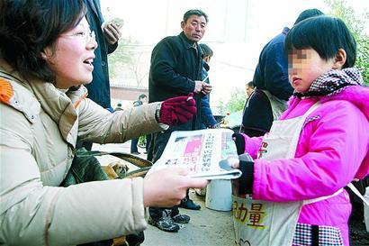 超小卖报童现身济南街头 最小只有3岁