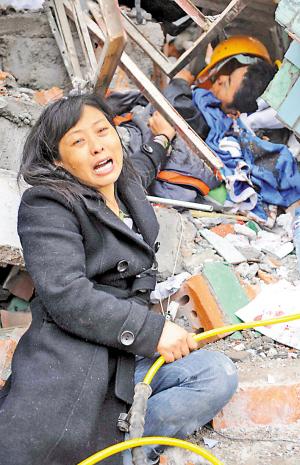 四川绵竹两学校倒塌埋200人幼儿园50余小孩死亡