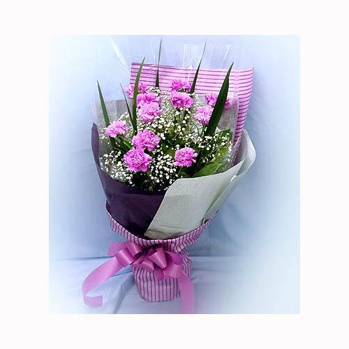 在今年的母亲节来临之际 送母亲一个浪漫:11支康乃馨