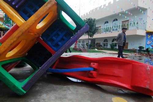 云南:孩子没升入指定小学 家长竟怒砸幼儿园