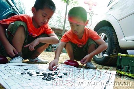 六岁双胞胎已经识字3000多家有神童父母犯愁