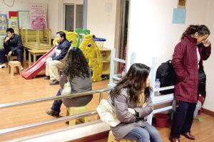 20家长疑孩子被虐幼儿老师用紫外线灯惩罚幼儿