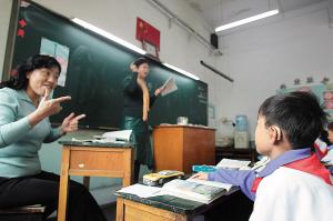 天津率先试行全纳教育聋童听讲不比谁差