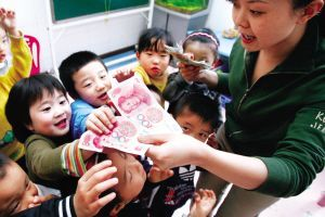 幼儿园4岁男童模仿父母行善拿万元分给同学