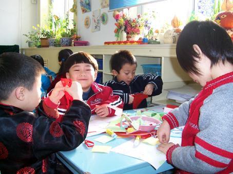 幼儿园区角布置:美工区12