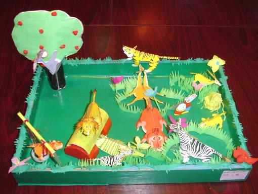 幼儿玩教具制作 :森林公园 制作意图: 在森林公园这个玩教具的制作过程中,根据孩子平时所了解的动物和他们所喜欢的动物,通过这个玩教具展现出来,幼儿在了解的过程中,更喜欢身临其境的感觉,让孩子一边可以动手摆动自己所想的动物做的事,一边通过玩具给小朋友讲故事。 教育价值: 制作这个玩教具,不仅激发幼儿对动物的兴趣,而且培养幼儿语言能力,通过玩具让他们对字、词、句进行组织。 选用材料: 木盆、纸工、皱纹纸、吸管、简易玩具、胶条 制作方法: 1 、首先将废弃的木盆进行包装,配成绿色和主题相符; 2 、将事先折好的
