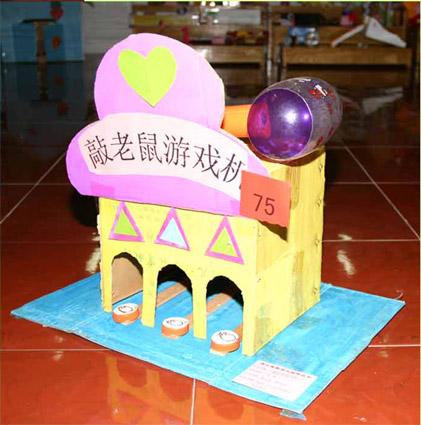 纸箱,瓦楞纸,卡纸,瓶盖           制作方法:  纸箱做成房子,底部挖