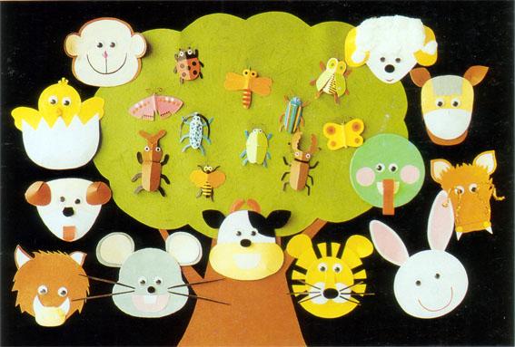 幼儿园 环境布置 :动物世界(主题墙)  构思构图 动物造型简单夸张、优美悦目,是极佳的配合幼儿教学的挂图作品。 色彩搭配 背景的黑色将所有动物色彩加以衬托,使画面色彩整体谐调,具有独特性和装饰美感。同时一大块灰草绿色的树形,将小昆虫托起,周围的动物又有所衔接,使画面的色彩和造型多而不乱。 制作技巧 平面造型与立体造型相结合,插接、折叠与层层粘贴相结合,变性仿自然的造型与单纯几何图形相结合。