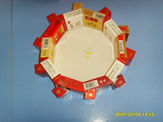 > 废旧物手工制作:投掷盒       材料准备:  废旧烟盒,硬纸板