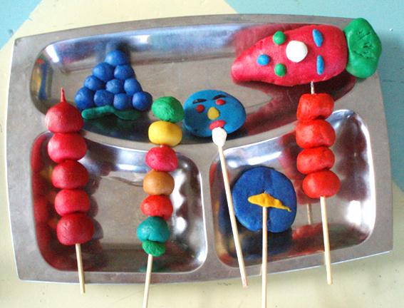 幼儿园手工制作:橡皮泥彩面乐翻天