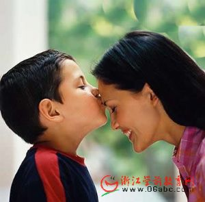 """江山市茅坂小学:""""不忘妈妈养育恩  送给妈妈一个吻 """"主题活动"""
