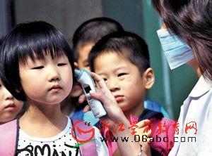 嘉兴南湖实验幼:防甲流 校医用耳温枪为孩子测体温