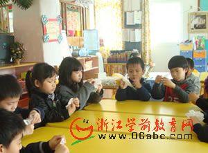 大成幼儿园小朋友折小白花为玉树祈福
