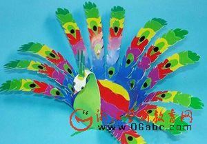 幼儿园废旧物手工制作图:塑料瓶孔雀