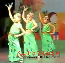 幼儿园欢庆六一舞蹈视频:孔雀飞来